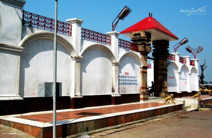 थावे मंदिर के मुख्य द्वार का एक और दृश्य